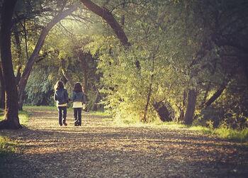 Barn på skogsvei